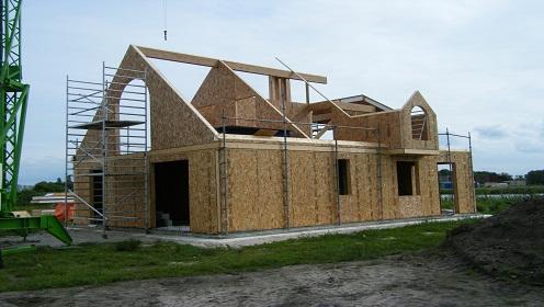 我公司采用的木材料全部从加拿大进口,符合北美木结构建筑规范
